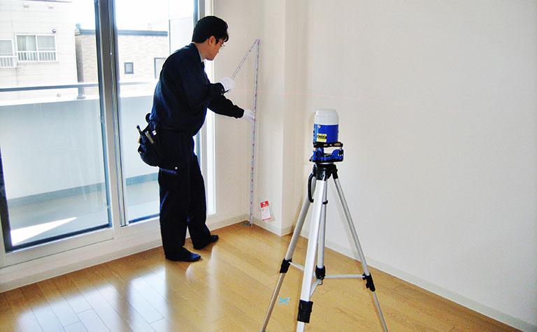 レーザーレベルによる床の水平精度確認状況